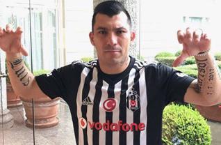 Beşiktaş'ın yeni transferi geri Medel, siyah beyazlı formayı sırtına geçirdi.