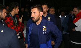 Fenerbahçeli yönetici ve futbolculardan genç taraftarın yakınlarına taziye ziyareti