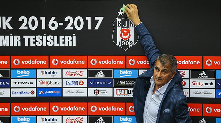 Beşiktaş Teknik Direktörü Şenol Güneş, Ümraniye'deki BJK Nevzat Demir Tesisleri'nde basın toplantısı düzenledi. Güneş, toplantının ardından basın mensuplarının verdiği yıldızı, panodaki BJK armasının üzerine 3. yıldız olarak ekledi.