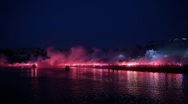 Trabzonspor taraftarı meşaleler yakarak bordo-mavili kulübün 52. kuruluş yıl dönümünü kutladı.