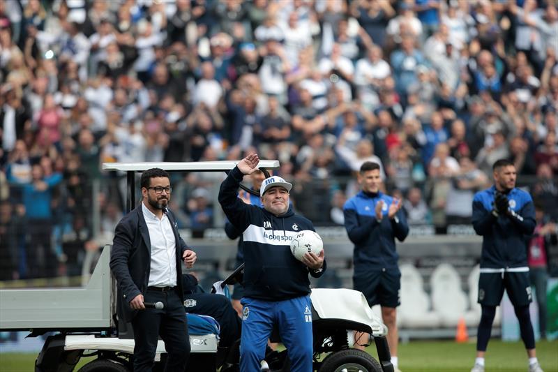 Maradona sahalara geri döndü