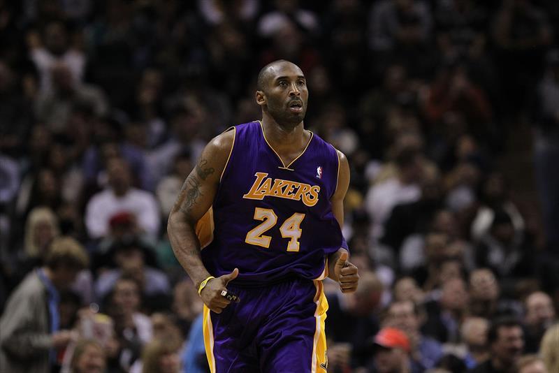 NBA efsanelerinden Kobe Bryant, Kaliforniya'da geçirdiği bir helikopter kazası sonucunda hayatını kaybetti.