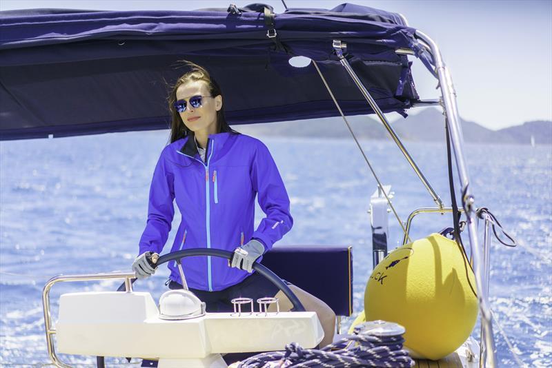 A Milli Kadın Voleybol Takımı ve Fenerbahçe'nin Kaptanı Eda Erdem Dündar'ın parkelerdeki yeteneğini tüm sporseverler yakından bilir. Tecrübeli kaptan hünerlerini bu kez de denizlerde gösterdi.  Tekne kaptanlığı yapan Eda Erdem Dündar, sosyal medya hesaplarından keyifli bir film yayınladı.