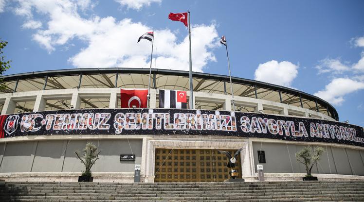 """Beşiktaş Futbol Takımı'nın iç saha maçlarını oynadığı Vodafone Park'a, """"15 Temmuz Demokrasi ve Milli Birlik Günü"""" dolayısıyla pankart asıldı.Vodafone Park'taki pankartta """"15 Temmuz Şehitlerimizi Saygıyla Anıyoruz..."""" ifadeleri kullanıldı. Ayrıca pankartta 15 Temmuz şehitlerinin fotoğraflarına da yer verildi."""