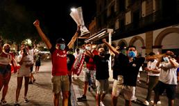 Sevilla taraftarı 6. UEFA Kupasını sokaklarda kutladı